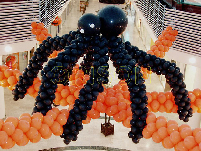 Decoration halloween d 39 une araign e en ballons gonflables for Decoration de noel exterieur gonflable